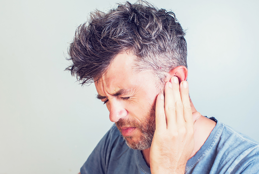 Junger Mann mit Tinnitus
